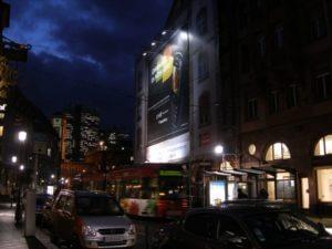 Großformat-Digitaldruck mit Frankfurter Commerzbank im Hintergrund