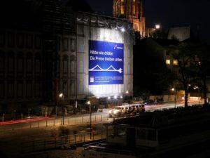 Großformat-Digitaldruck am Frankfurter Historischen Museum bei Nacht