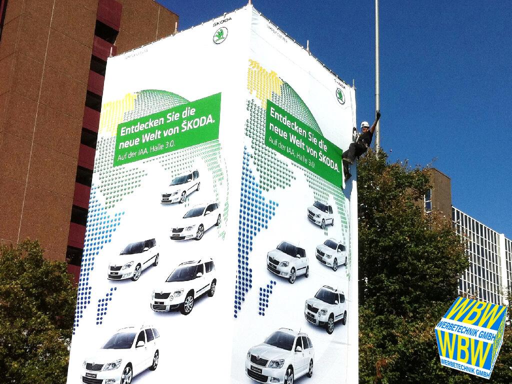 Industriekletterer von WBW Werbetechnik hängen in Frankfurt einen Großformatdruck auf.