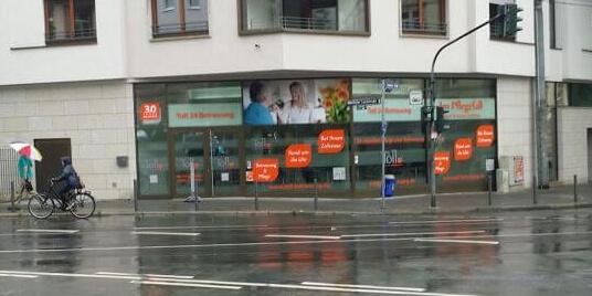 Schaufenster mit Foliendruck-Werbung aus Frankfurt/Main